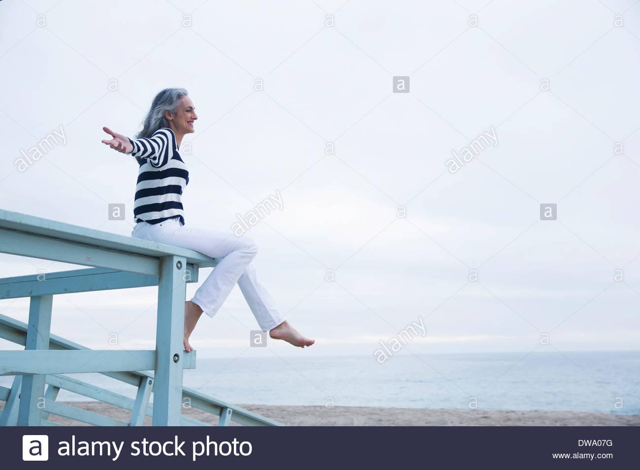 cerca mujer madura sentado en la cara