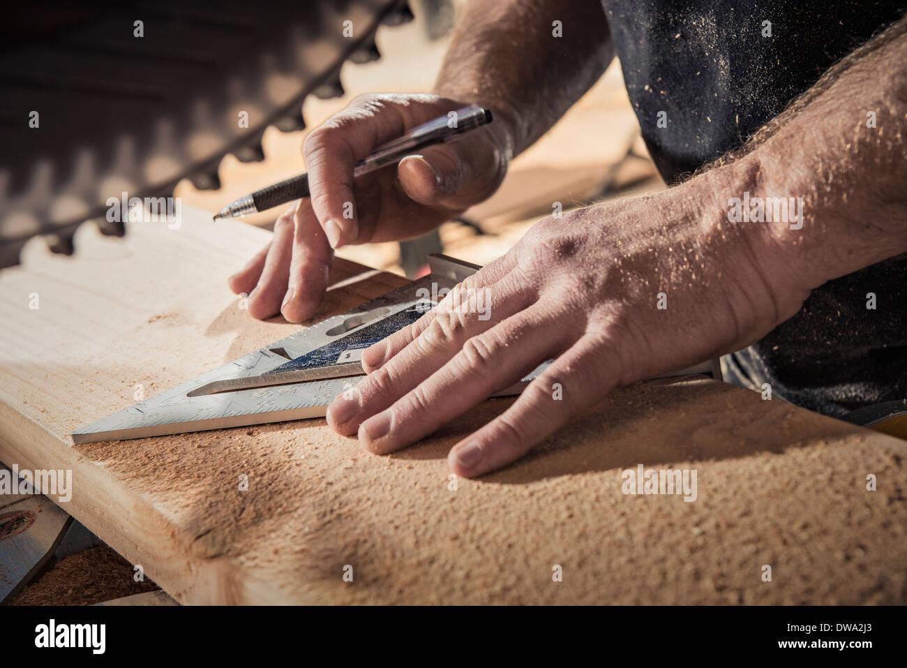 Cerca de carpintero macho con escuadra en el taller Imagen De Stock