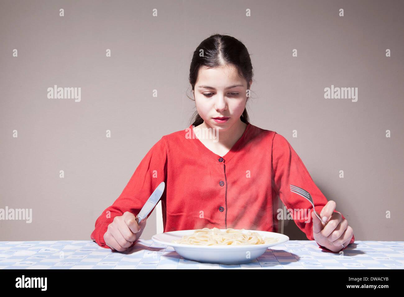 Adolescente comer pasta Imagen De Stock