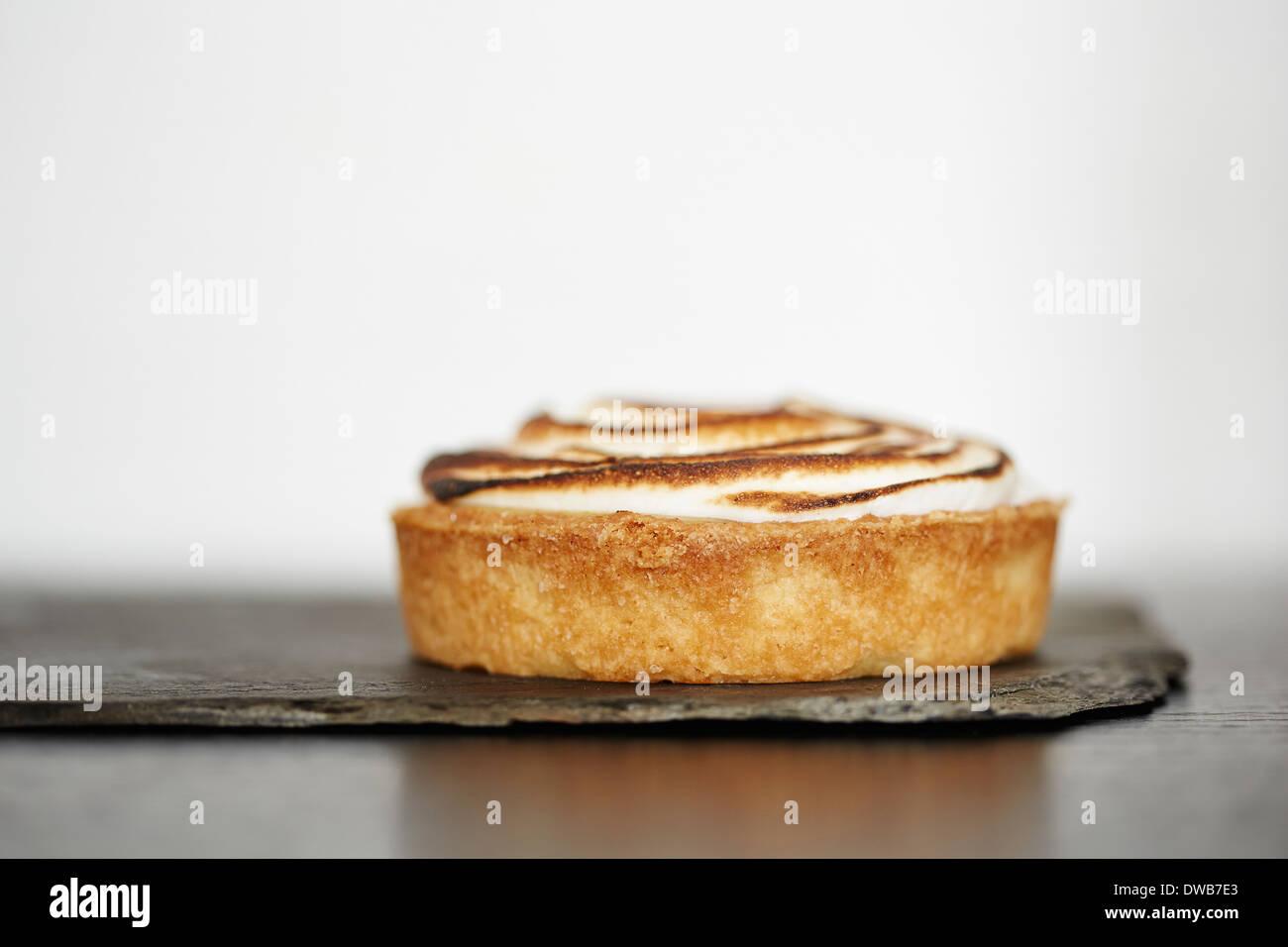 Cerca de tarta de limón en la pizarra Imagen De Stock