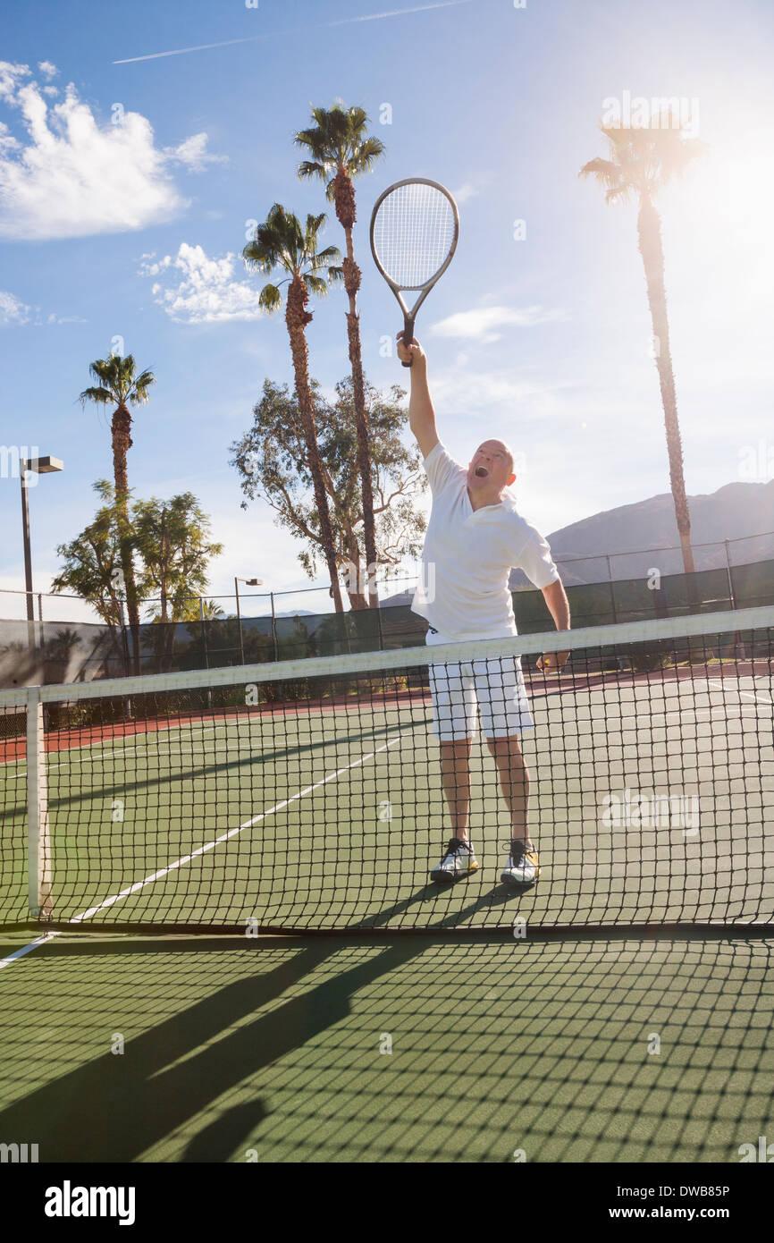 Tenis masculino Senior jugador jugando en la cancha Imagen De Stock