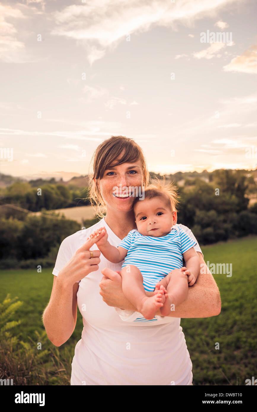 Retrato de una niña madre agarre dedo Imagen De Stock