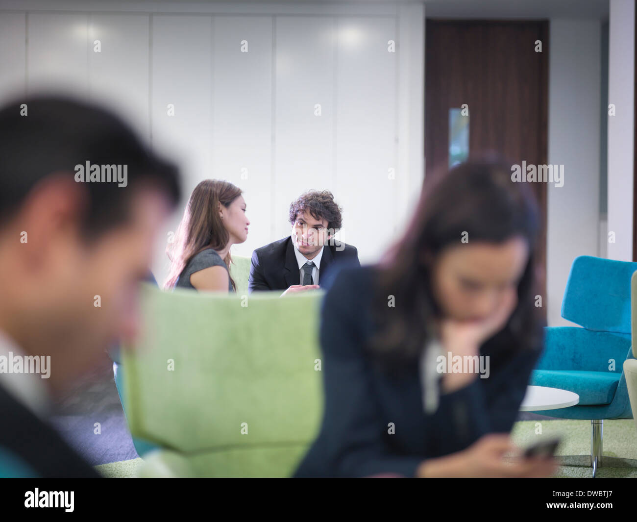 Los compañeros de negocio en sesión en Office Imagen De Stock