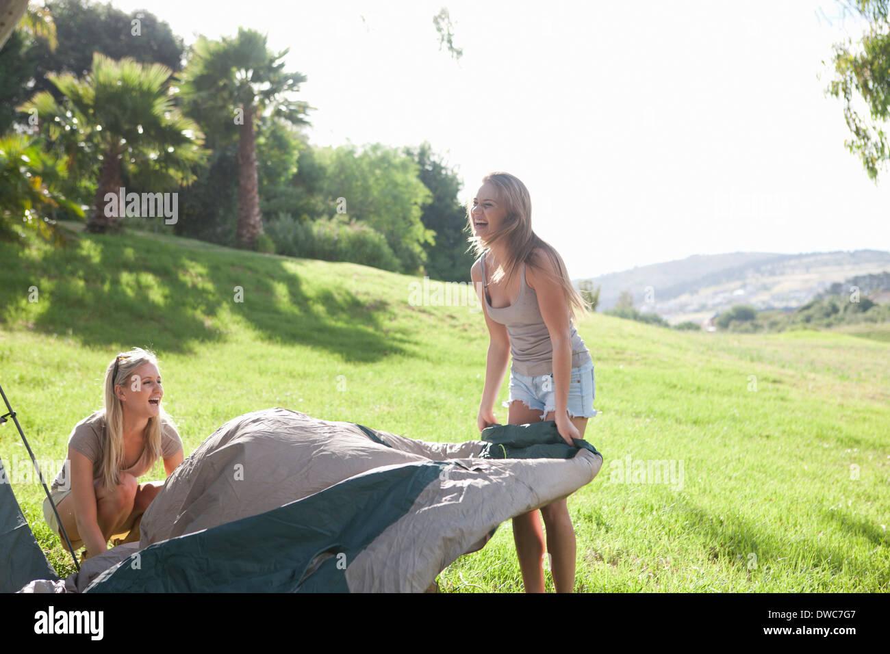 Dos hembras jóvenes amigos desenvolver carpa Imagen De Stock