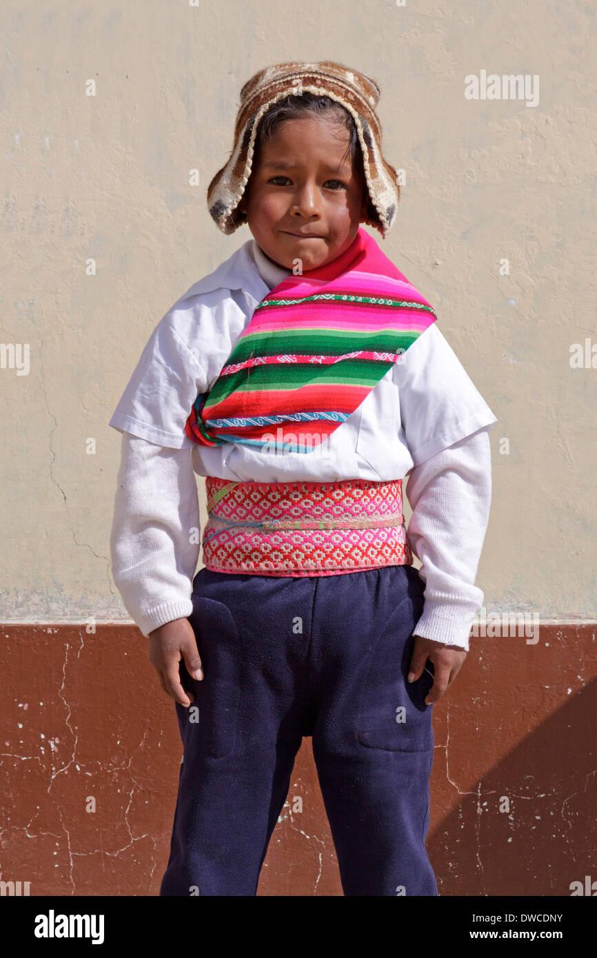 Chico vestidos tradicionalmente a una guardería cerca de Juli, Puno, Perú, América del Sur Foto de stock