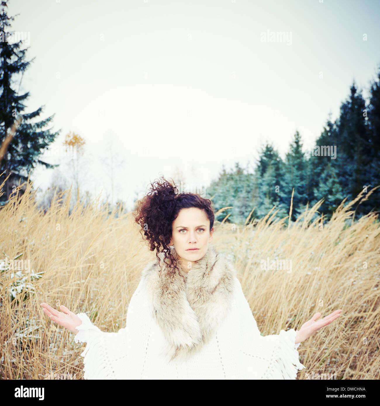 Mitad mujer adulta practicando yoga en el bosque Imagen De Stock