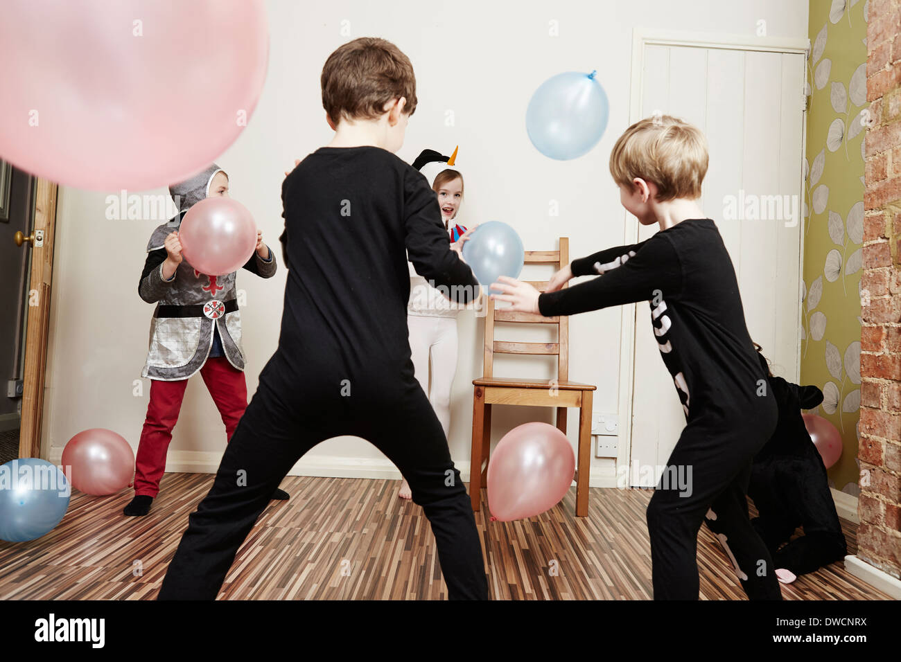 Niños jugando con globos en la fiesta de cumpleaños Foto de stock
