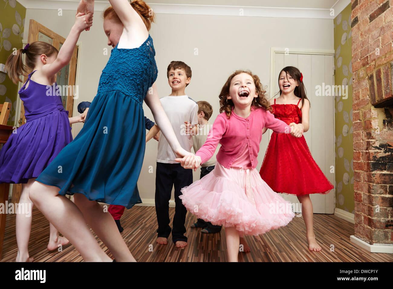 Los niños bailando en la fiesta de cumpleaños Imagen De Stock