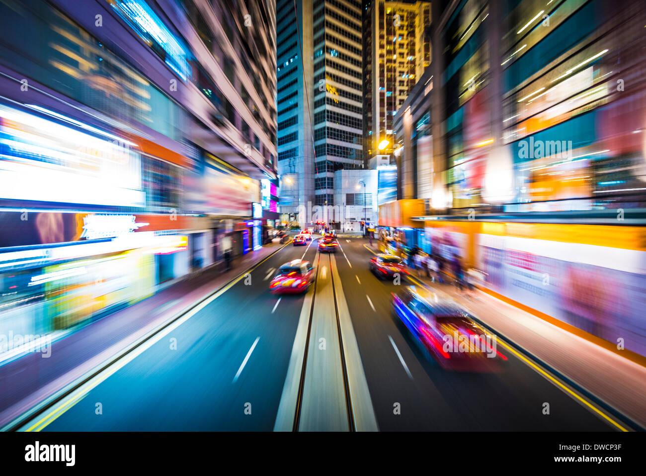 Hong Kong, China el desenfoque de movimiento a través de la ciudad en un tranvía. Imagen De Stock
