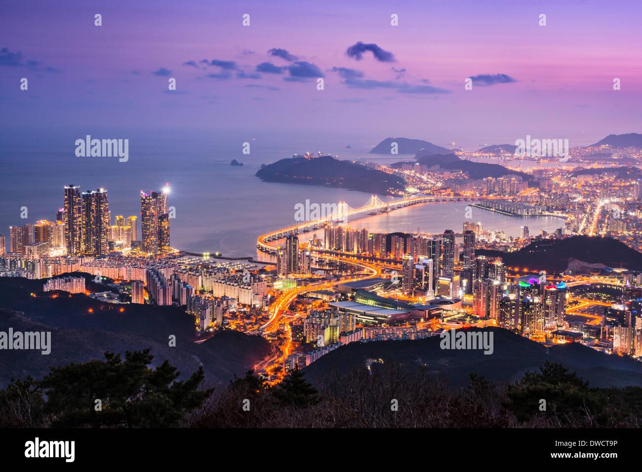 Horizonte de Busan, Corea del Sur durante la noche. Imagen De Stock