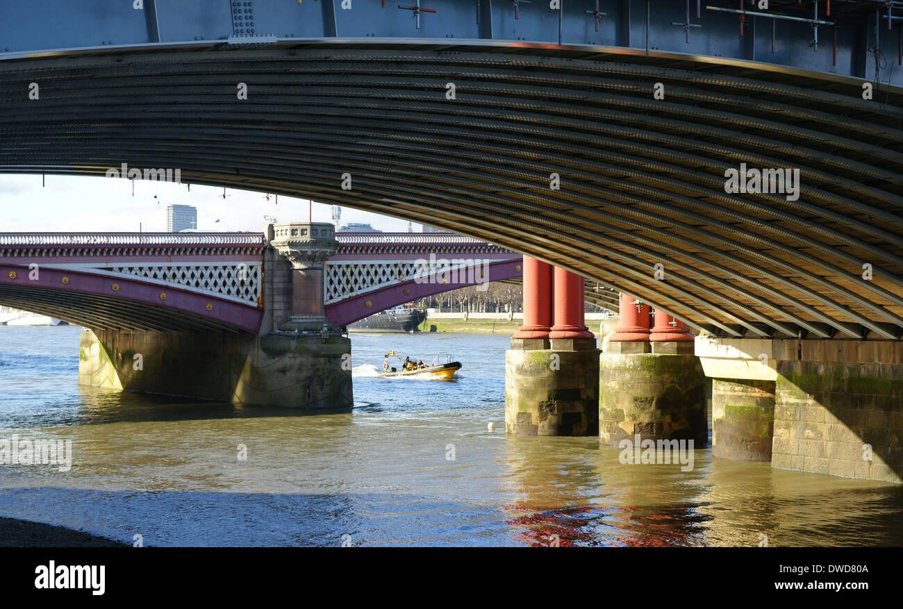 El puente de Blackfriars con costilla viaje en barco en la distancia Imagen De Stock