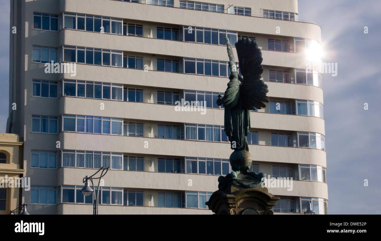 Estatua de paz, Brighton y Hove, vista trasera. Monumento a Edward 7th, corte de la Embajada Foto de stock
