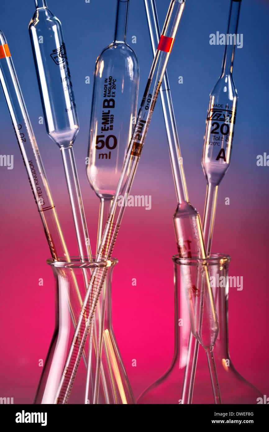 El material de vidrio de laboratorio químico Imagen De Stock