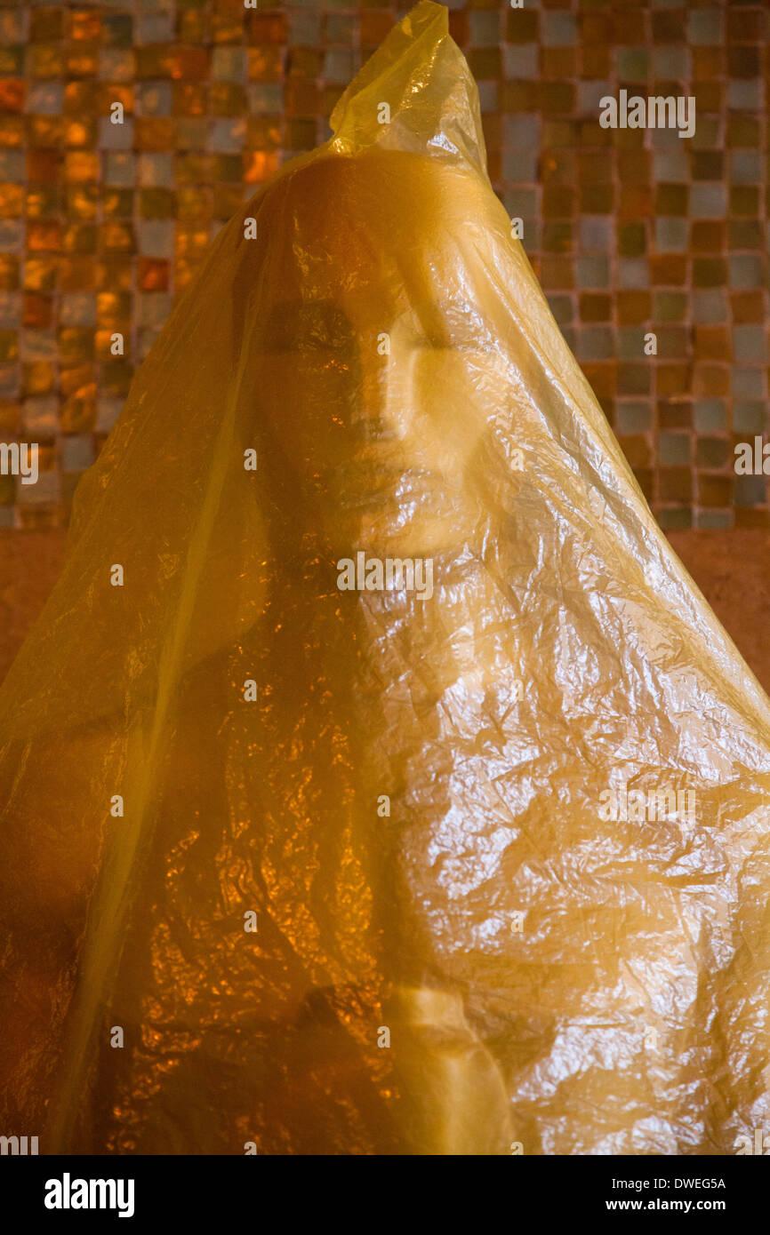 Oscar estatua cerca del Teatro Kodak, protegidas con plástico de la lluvia, varios días antes de los Premios de la Academia en 2014 Imagen De Stock
