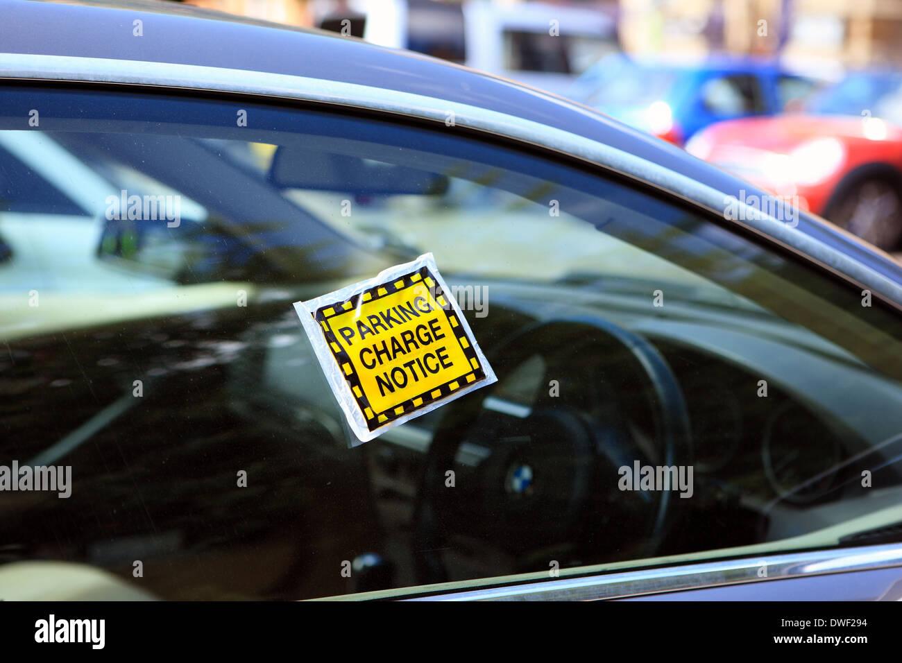 Aparcamiento aviso de carga en una ventana de coche Imagen De Stock