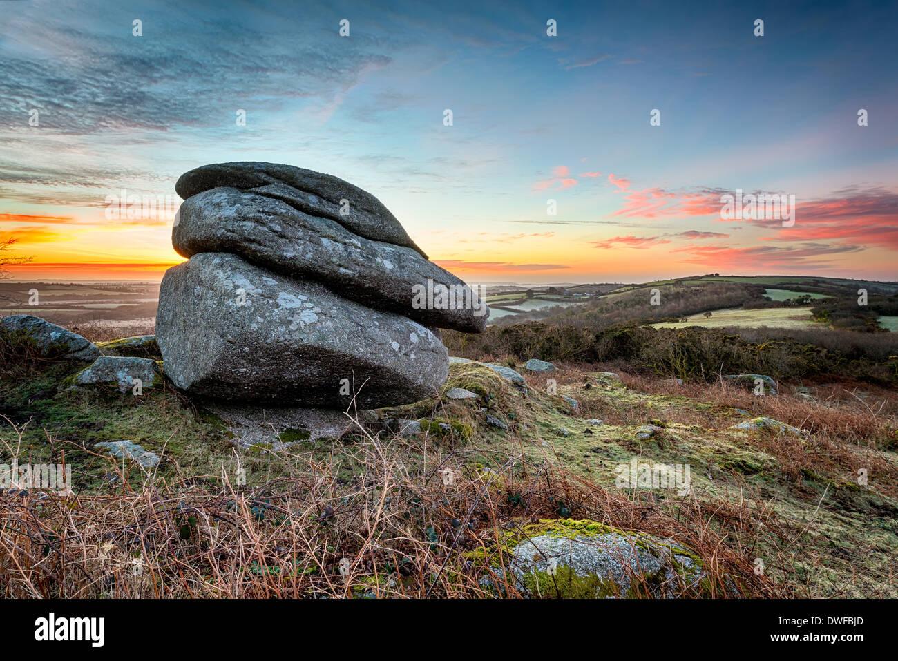 Amanecer en Helman Tor, accidentado moorland cerca de Bodmin en Cornwall. Imagen De Stock