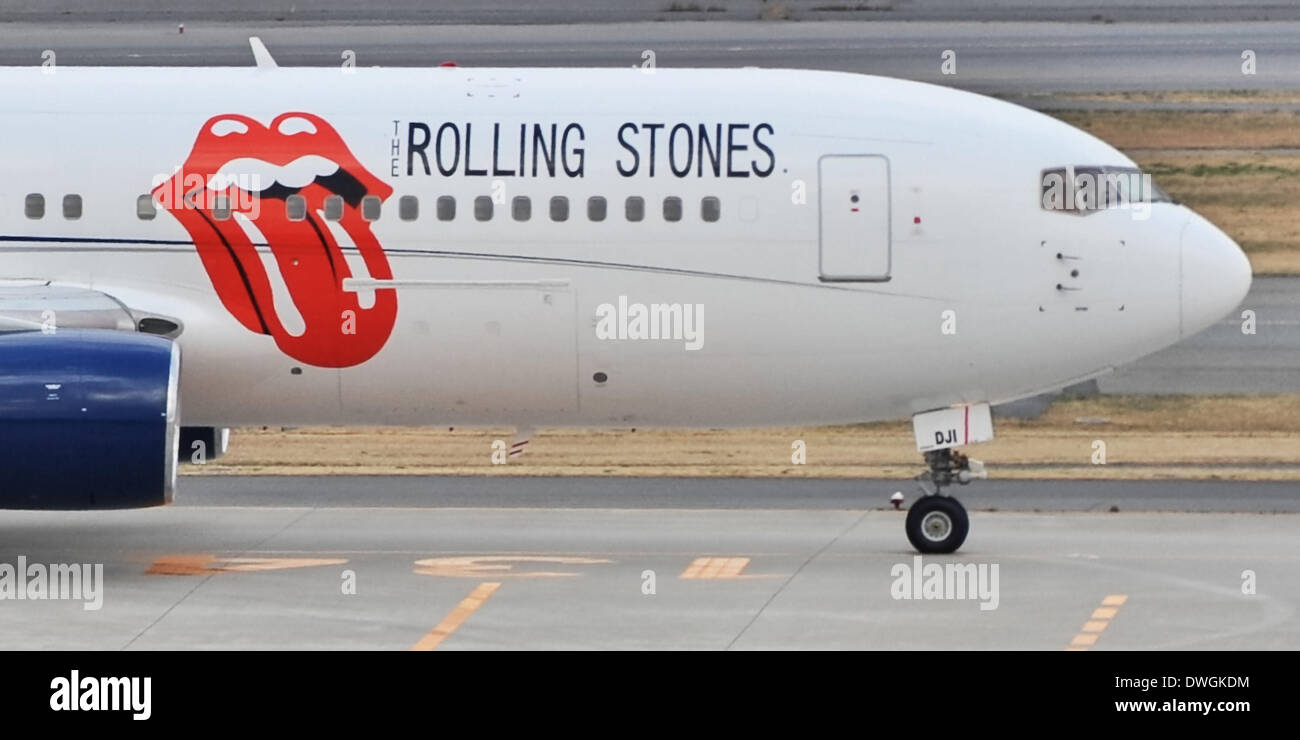Tokio, Japón. 8 de marzo de 2014. El Japón. 07 Mar, 2014. Rolling Stones deja en Japón, Mar 07, 2014 : Tokio, Japón : El avión charter de los Rolling Stones es visto en el momento de la salida de pista de aterrizaje en el Aeropuerto Internacional de Tokio en Tokio, Japón, el 7 de marzo de 2014. © AFLO/Alamy Live News Imagen De Stock