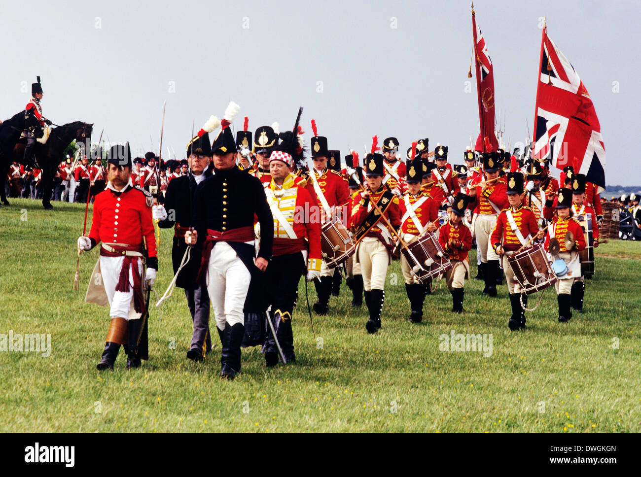 Regimiento británico en el momento de la batalla de Waterloo 1815, desfiles de soldados de a pie, la Union Jack Flag, Reconstrucción Histogacuterica soldado uniformes uniforme del ejército de Inglaterra Imagen De Stock