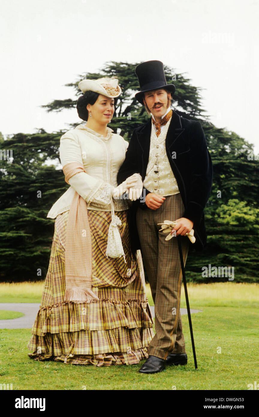 Gentry Inglés Victoriano, de finales del siglo XIX, la recreación histórica, vestuario, moda, caballero, dama Foto de stock