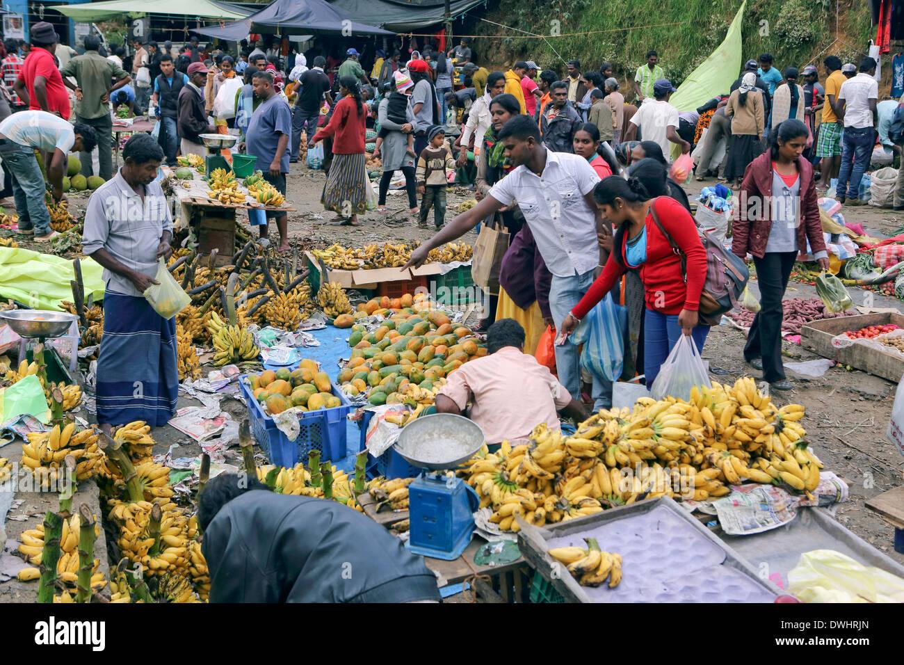 Fin de semana ajetreado mercado de frutas y verduras en Nuwara Eliya Imagen De Stock