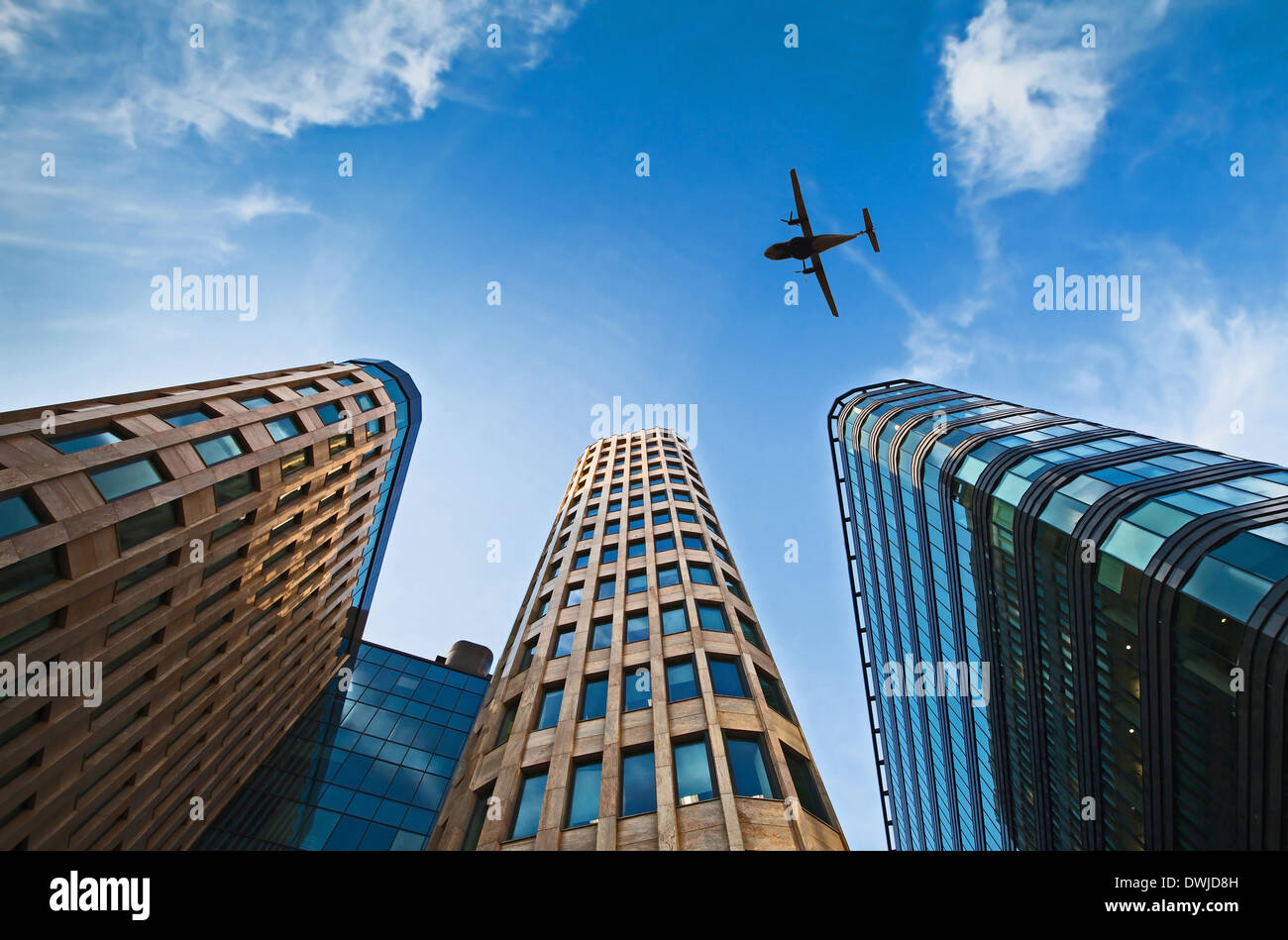 Avión sobre edificios de oficinas Imagen De Stock