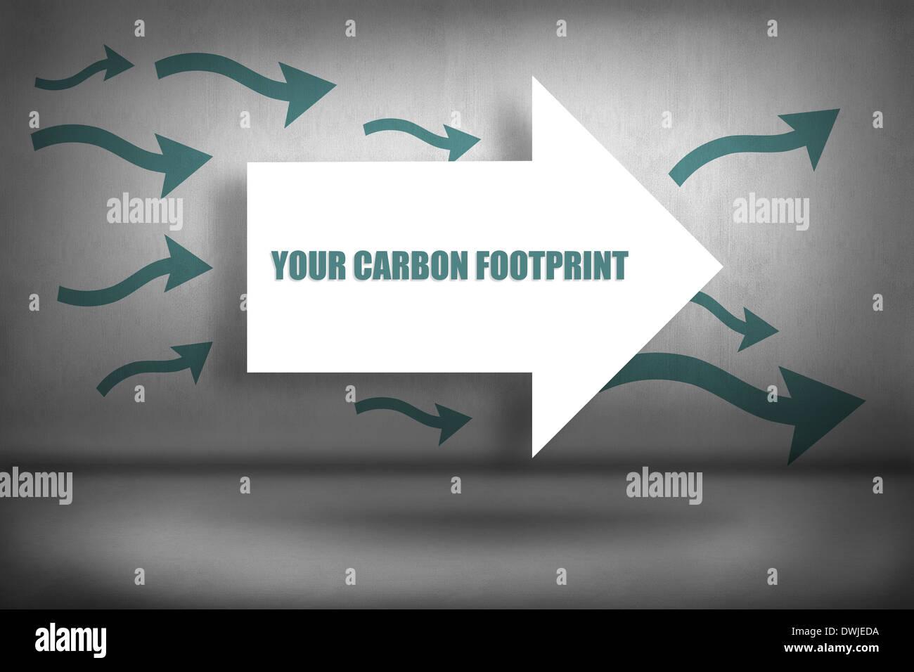 Su huella de carbono contra flechas apuntando Imagen De Stock