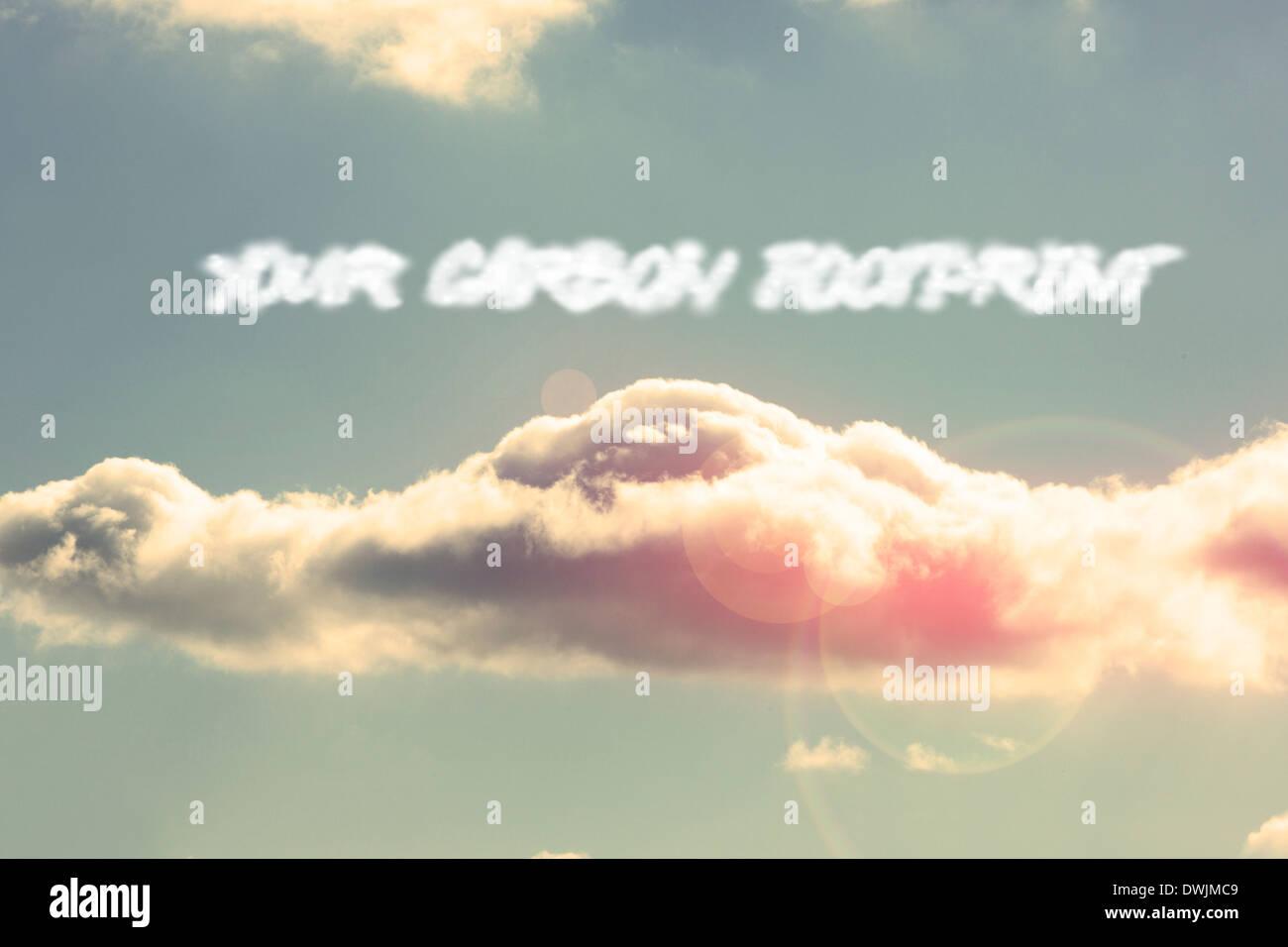 Su huella de carbono contra el brillante cielo azul con nubes Imagen De Stock