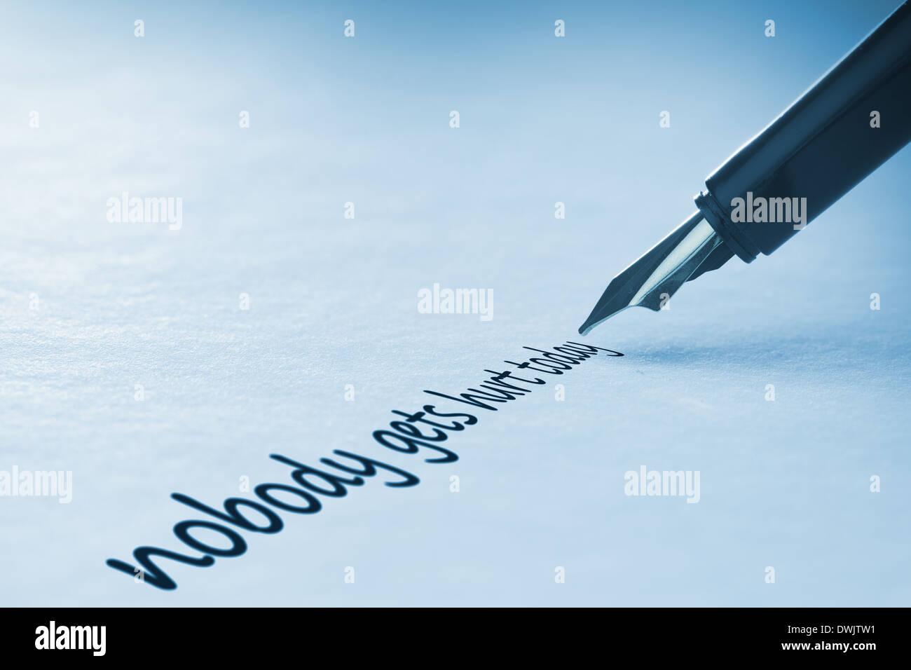 Estilográfica escrito nadie se lastima hoy Imagen De Stock