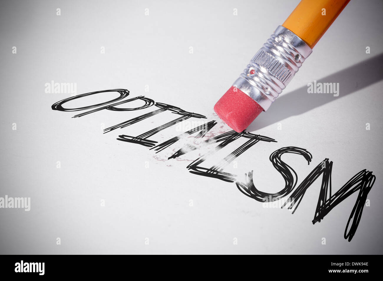 Lápiz de borrar la palabra optimismo Foto de stock