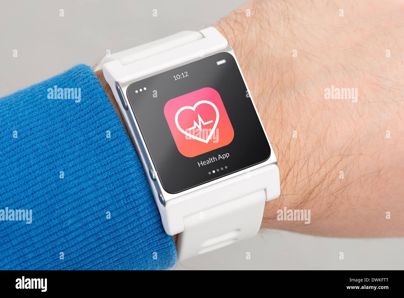 Cerrar blanco salud Smart Watch con el icono de app en la pantalla está en la mano Imagen De Stock