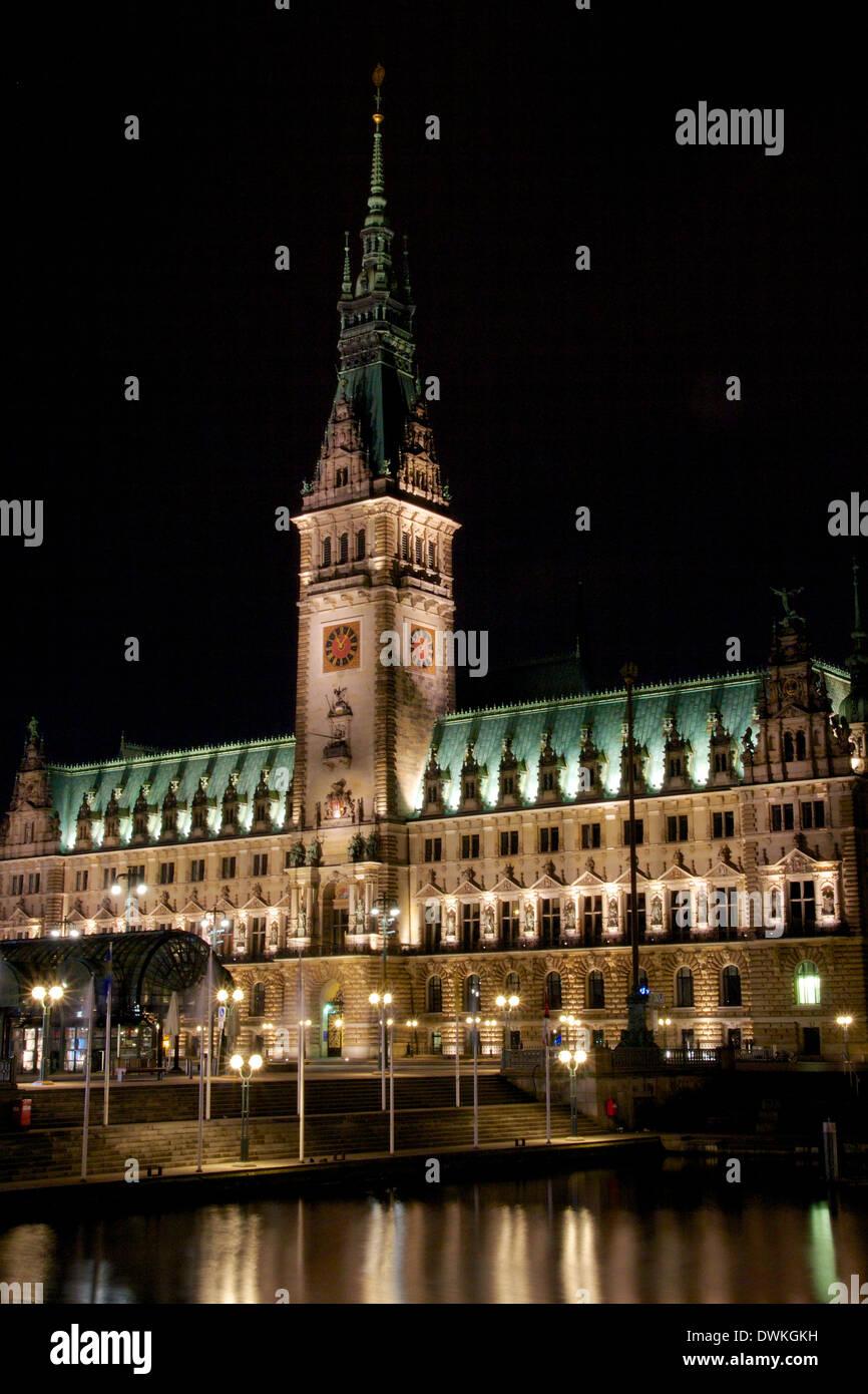 Rathaus (ayuntamiento) en el norte de la ciudad-estado alemana de Hamburgo por la noche. Foto de stock