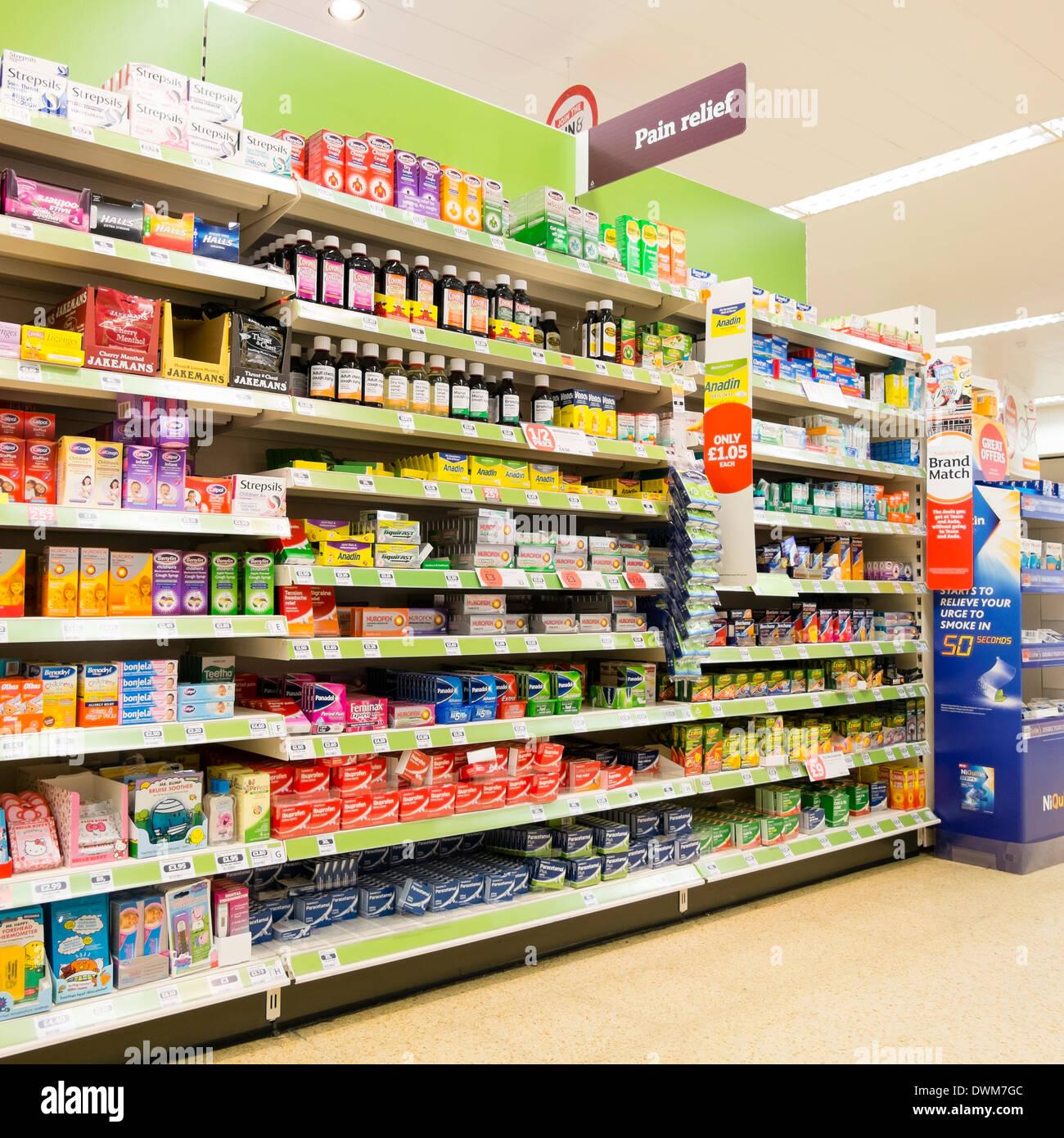 Tabletas de alivio del dolor para la venta en un supermercado, en el Reino Unido. Foto de stock