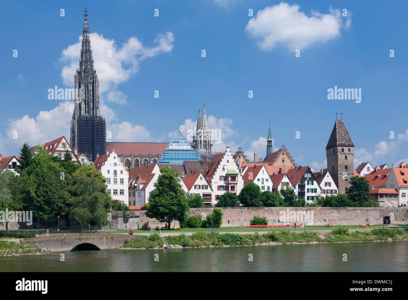 Vistas al río Danubio hasta el casco antiguo de la ciudad de Ulm con Catedral (Münster), Baden Wurttemberg, Alemania, Europa Foto de stock