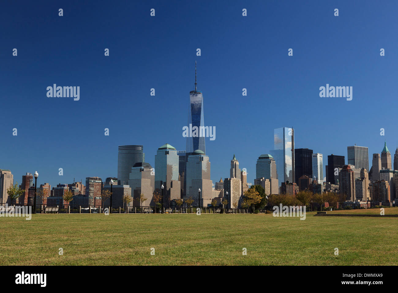 1 Torre del World Trade Center y el distrito financiero de Nueva York como se ve desde el Liberty State Park, Nueva Foto de stock