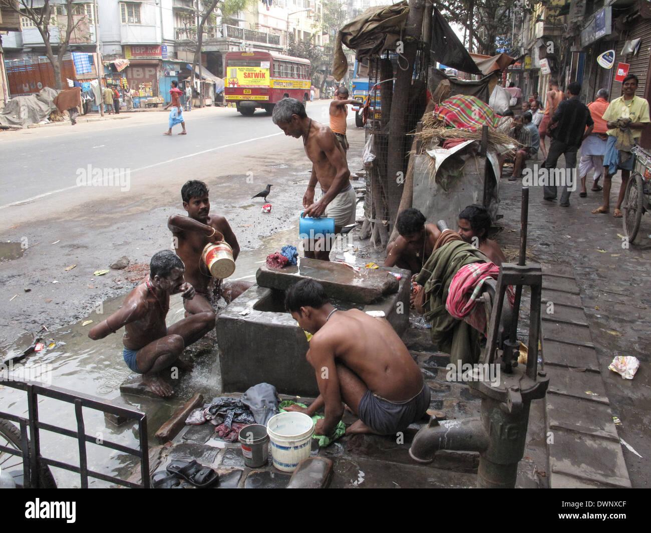 KOLKATA, India -25 de enero: calles de Calcuta. Pueblo Indio lavarse en una calle , 25 de enero de 2009. Imagen De Stock