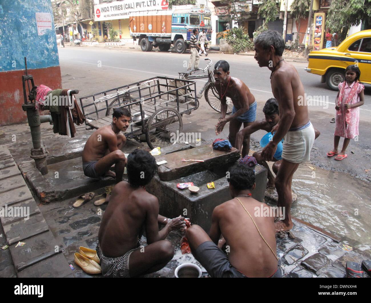 Las calles de Calcuta. Pueblo Indio lavarse en una calle , 25 de enero de 2009. Imagen De Stock
