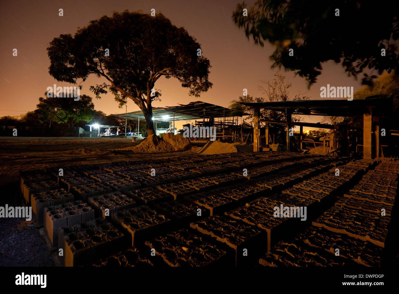 Noche en la planta de materiales de construcción, Industrias Gordon S.A. en Penonomé, provincia de Coclé, República de Panamá. Imagen De Stock