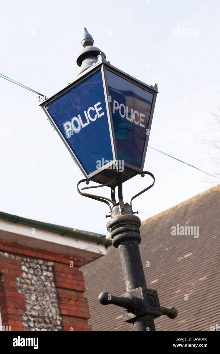 Lámpara de policía de estilo antiguo en el post. Imagen De Stock