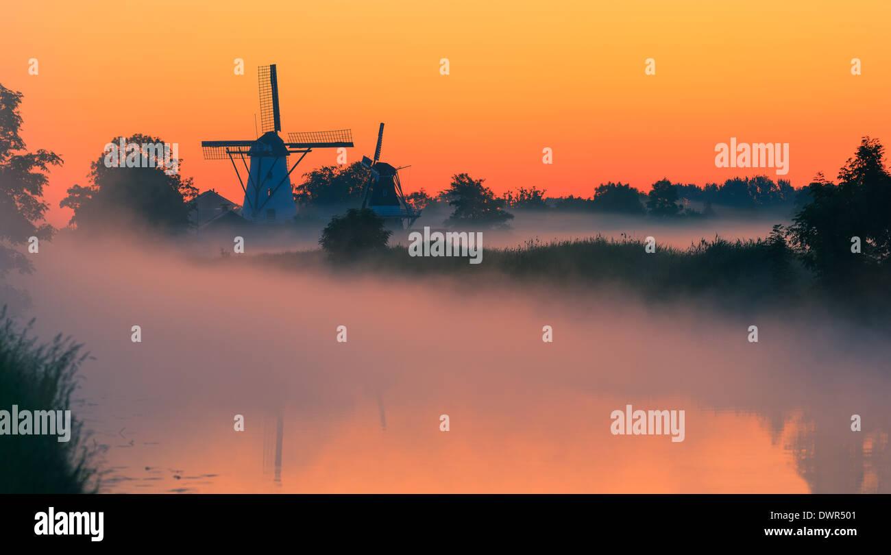 Gloria de la mañana en el pueblecito de diez Boer en la provincia de Groningen, en el norte de los Países Bajos Foto de stock