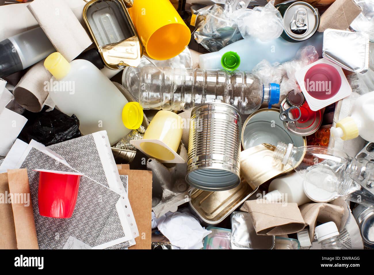 Reciclaje de basura y manejo de residuos reutilizables como metal, plásticos, productos de papel viejo para Imagen De Stock