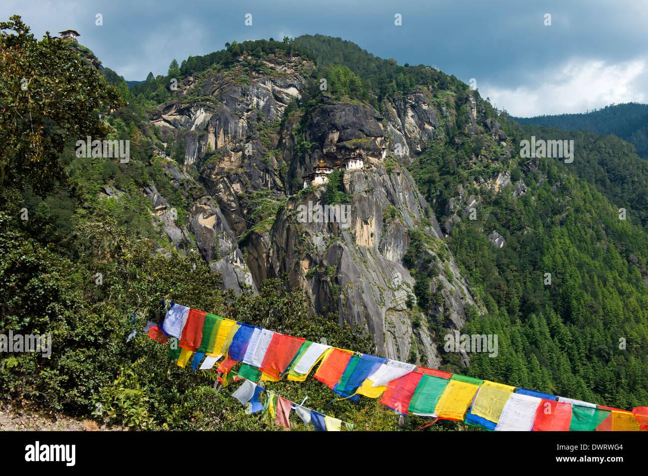 Cliff con el Tiger's Nest Monasterio, Monasterio de Taktsang Palphug Taktsang, Paro, Bhután Foto de stock