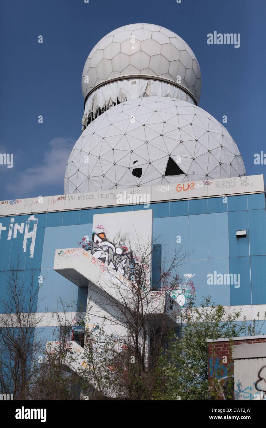 Radomo de la guerra fría, la NSA (Agencia de Seguridad Nacional) escucha espía puesto en la cima de la colina de Teufelsberg, Berlín Imagen De Stock