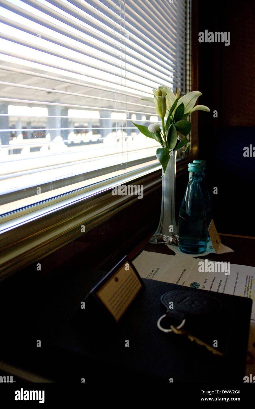Las imágenes del interior de la suite deluxe suite a bordo del tren azul que lo convierte en uno de los viajes más espectaculares en el Foto de stock