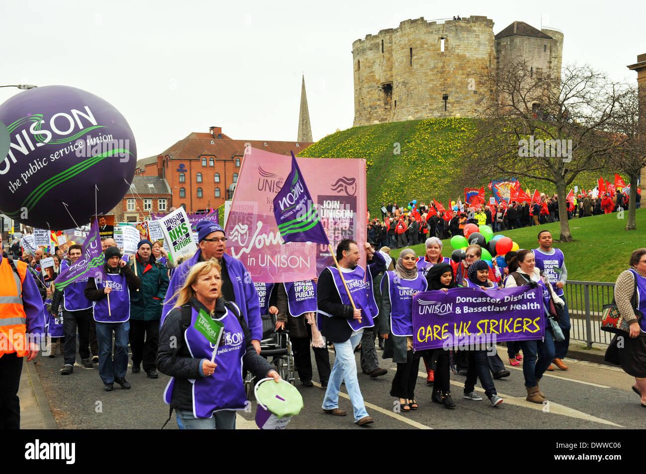 Unison protesta en la forma mejor Demo, Lib Dem Conferencia, York, 8 de marzo de 2014 Imagen De Stock