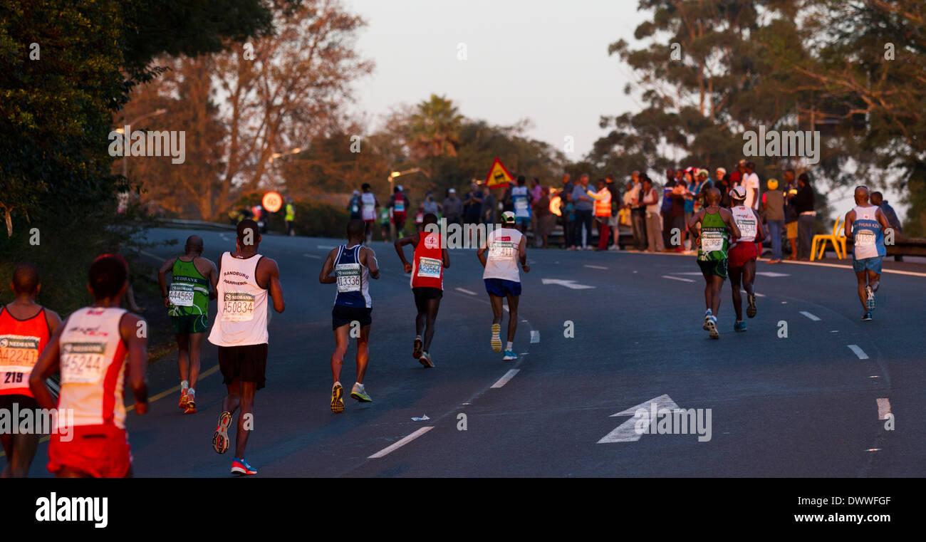 Los corredores campos head up Hill durante los camaradas del maratón, el 2 de junio de 2013. Los Camaradas es el recorrido entre las ciudades de Durban y Imagen De Stock