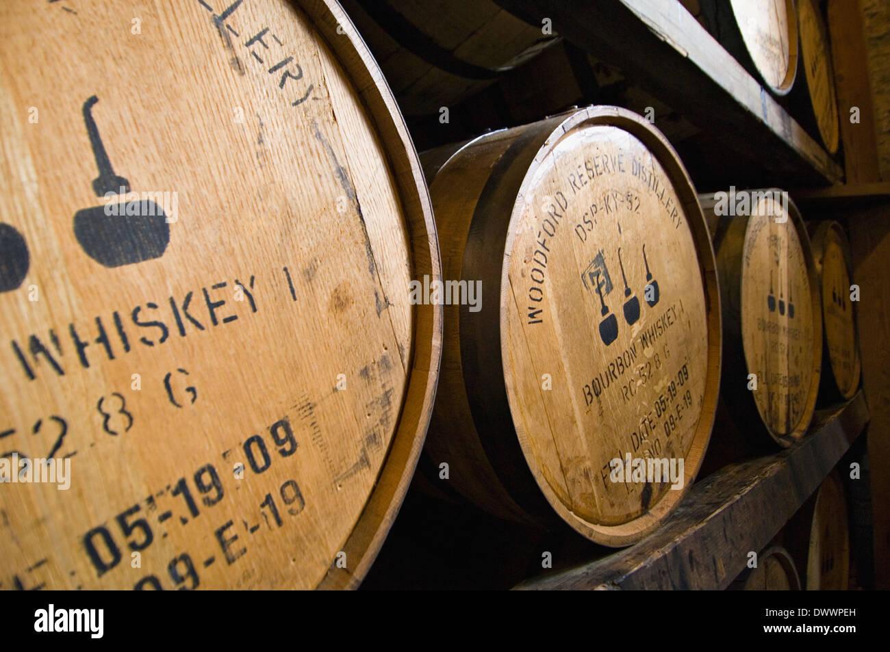 Barriles de Bourbon el envejecimiento en un Rick House en la Destilería Woodford Reserve en Woodford County, Kentucky Imagen De Stock