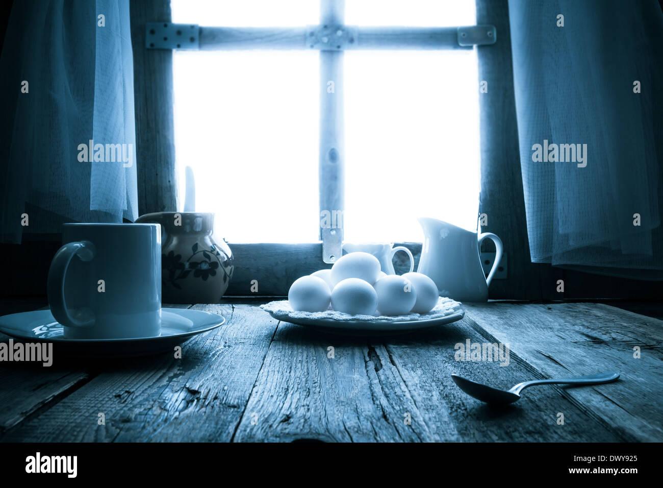 La mesa de la cocina antigua en una casita rural en la mañana Imagen De Stock