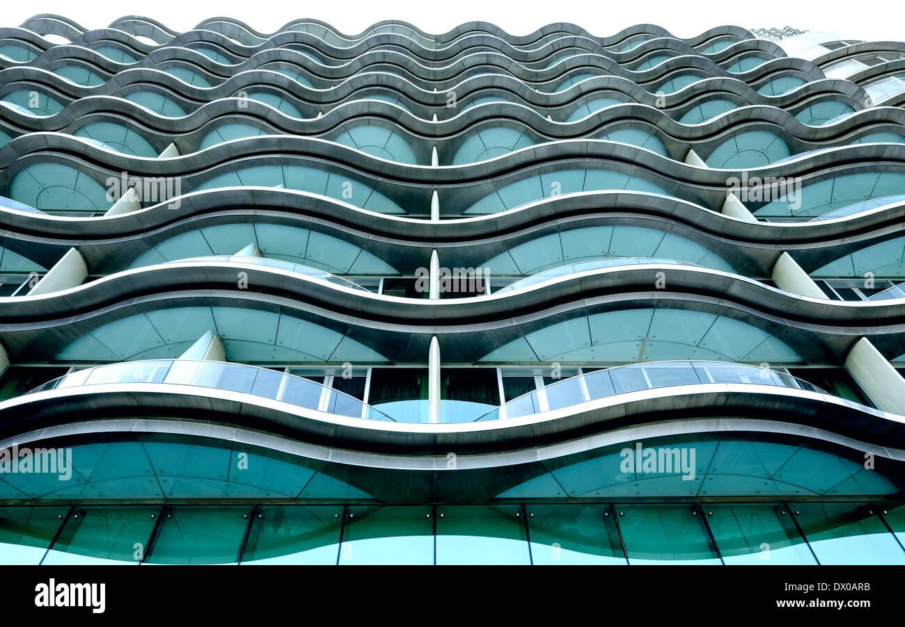 La moderna arquitectura del hotel habitación balcones en Meydan Hotel en Dubai, Emiratos Árabes Unidos Imagen De Stock