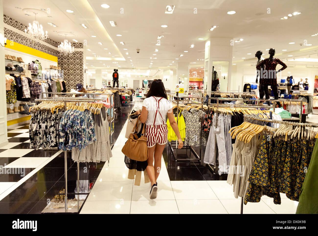 Mujer comprando ropa en la tienda de Forever 21, centro comercial Dubai, EAU, Emiratos Árabes Unidos, Oriente Medio Foto de stock