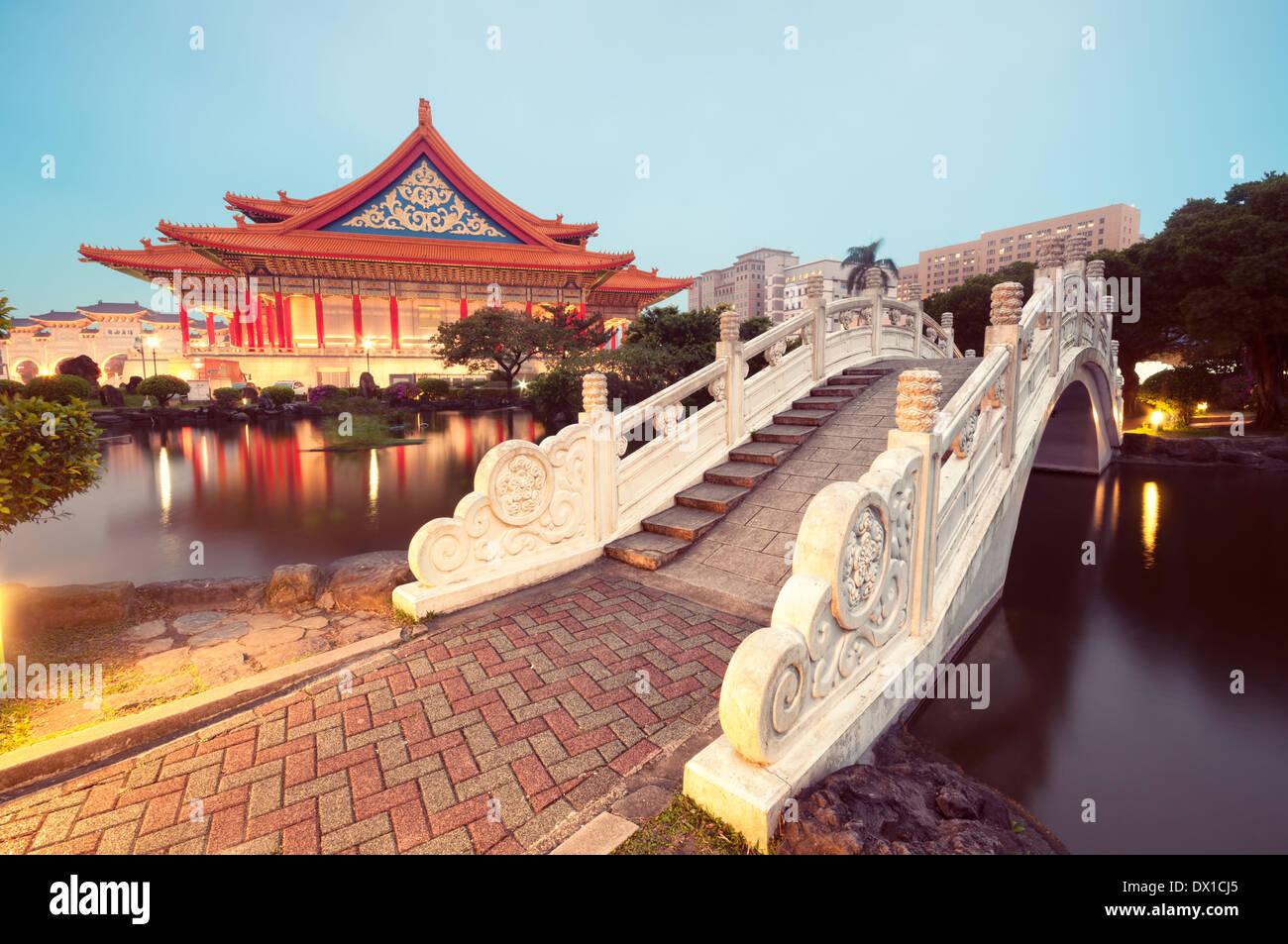 En el National Concert Hall en la noche. (La Plaza de la libertad, Taipei). Imagen De Stock